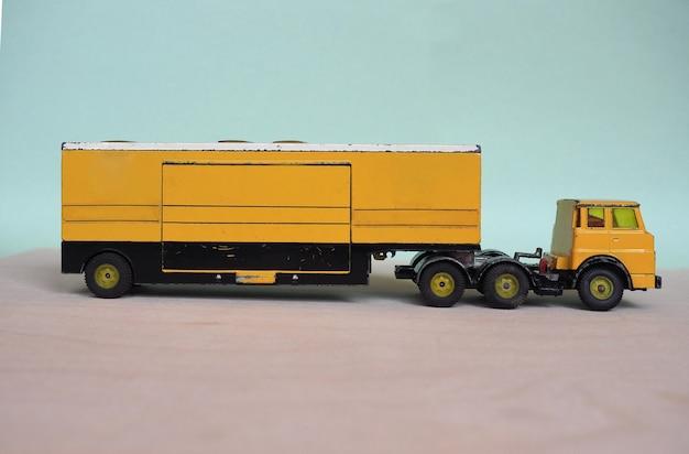 黄色いおもちゃの大型トラック
