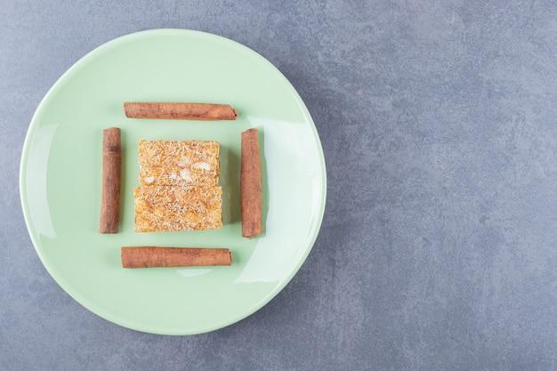 ピーナッツとシナボンを使った黄色の伝統的なトルコ菓子。