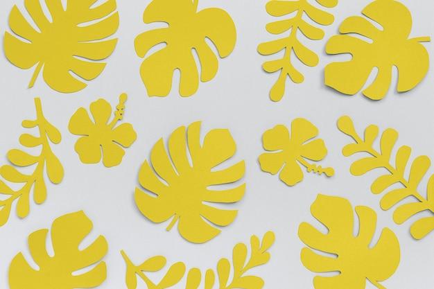 灰色の紙から黄色の熱帯の葉