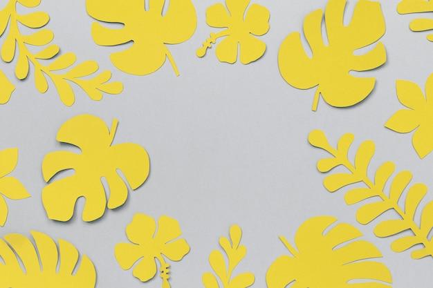 コピースペースのある紙からの黄色い熱帯の葉