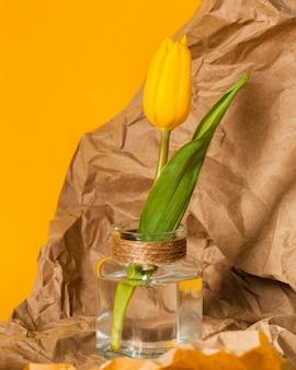 透明な花瓶に黄色いチューリップ