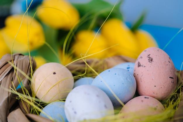 노란 튤립과 부활절 달걀