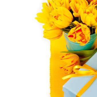 Желтые тюльпаны и подарочная коробка