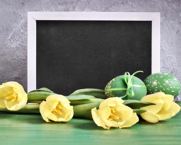 Желтые тюльпаны, доска с надписью