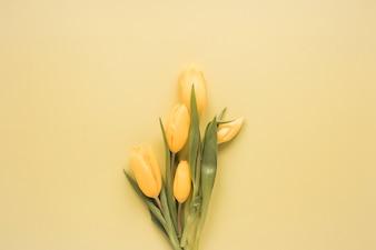 Букет желтых тюльпанов на столе