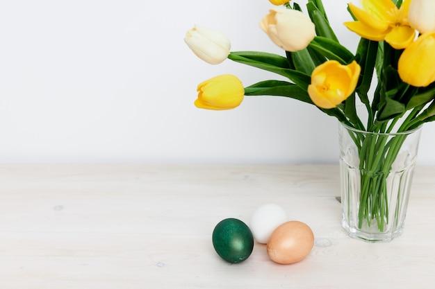 黄色いチューリップイースターホリデー教会の伝統黄色いチューリップイースターホリデー教会の伝統カラフルな卵。高品質の写真