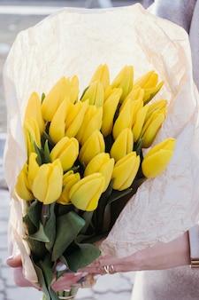 Желтые тюльпаны. цветочный весенний фон.