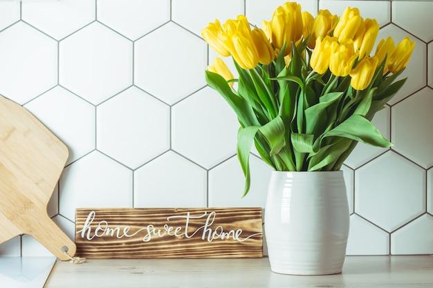 Желтые тюльпаны в вазе на кухне