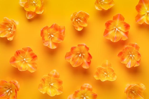 黄色の黄色のチューリップシームレスパターン