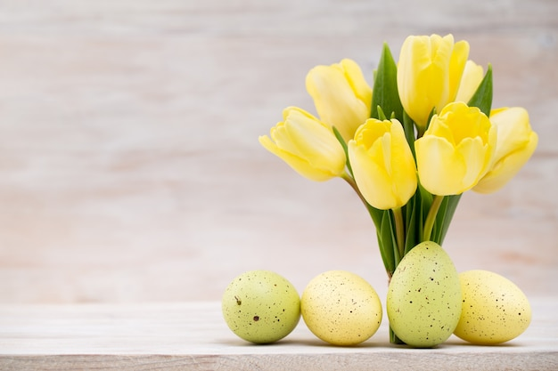 黄色のチューリップ、春の花、イースター装飾