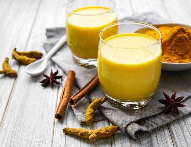 Желтый напиток латте с куркумой.