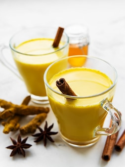Напиток латте с желтой куркумой