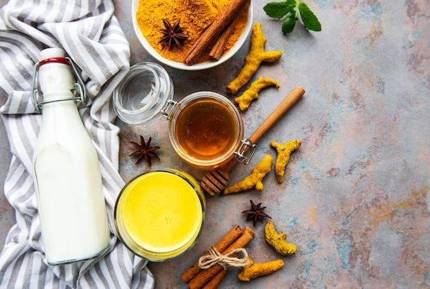 노란색 강황 라떼 음료