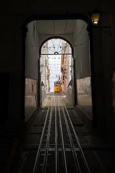Желтый типичный лифт bica в лиссабоне, португалия.