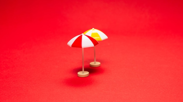 Желтый зонт на красном фоне. скопируйте пространство.