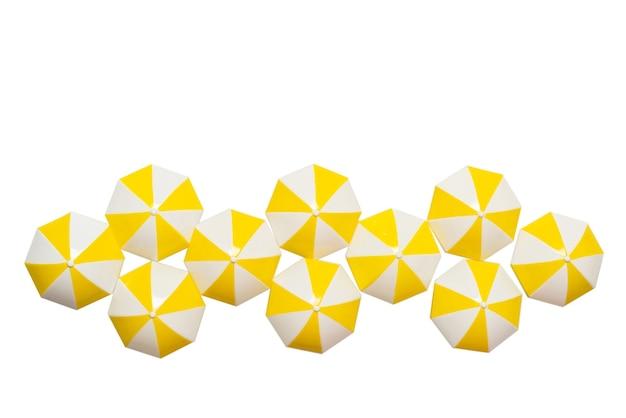 白い背景で隔離の黄色い傘。スペースをコピーします。