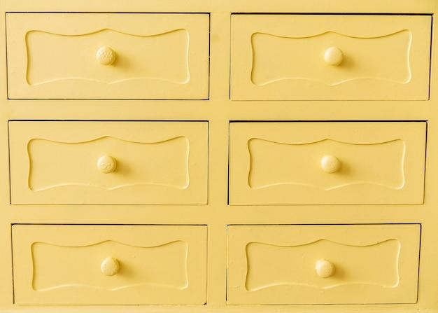 노란색 빈티지 캐비닛 문을 닫습니다. 가로 사진