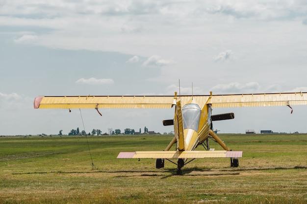 비행장에 노란색 빈티지 비행기