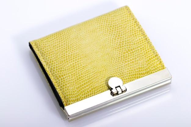 Желтый бумажник для денег, изолированный на белом