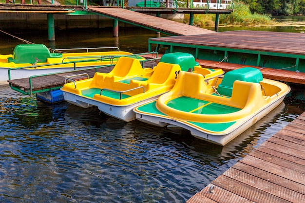 晴れた夏の日にマリーナ湖のドック桟橋にロックされた黄色い水自転車