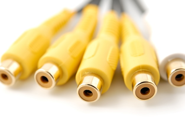 흰색 배경에 노란색 흰색 rca 오디오 비디오 플러그 커넥터