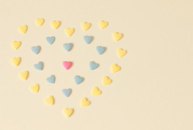 Желтый с конфетными сердцами