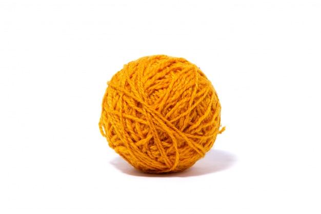 Желтый шерстяной шар из нити изолировал белую стену