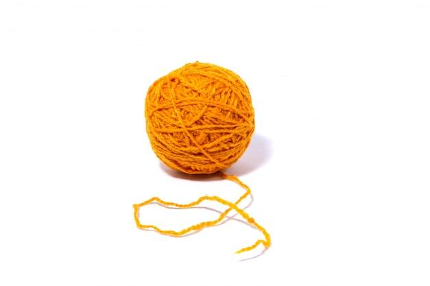 Желтый шерстяной шарик из ниток изолированный белый