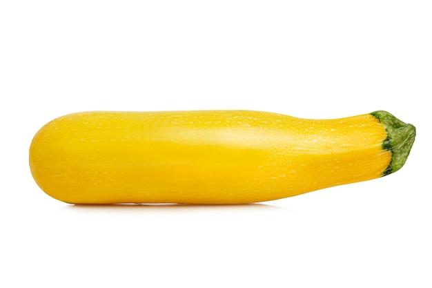黄色のズッキーニ。明るくジューシーなフルーツ。秋の収穫。白い背景で隔離。閉じる。