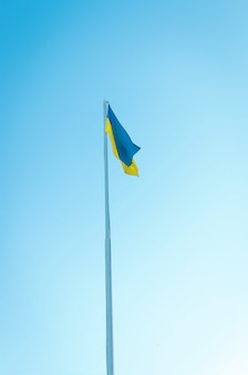 푸른 하늘에 대 한 기둥에 우크라이나의 yellowblue 국기
