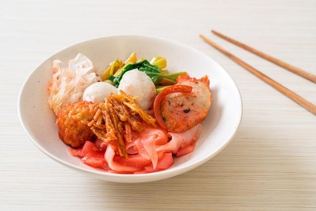 (yen-ta-four)-붉은 수프에 모듬 두부와 생선 공을 넣은 태국 식 드라이 누들-아시아 음식 스타일