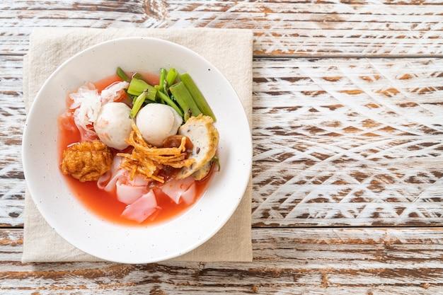 (yen-ta-four)-豆腐と魚団子の赤スープのタイ風麺-アジア料理スタイル