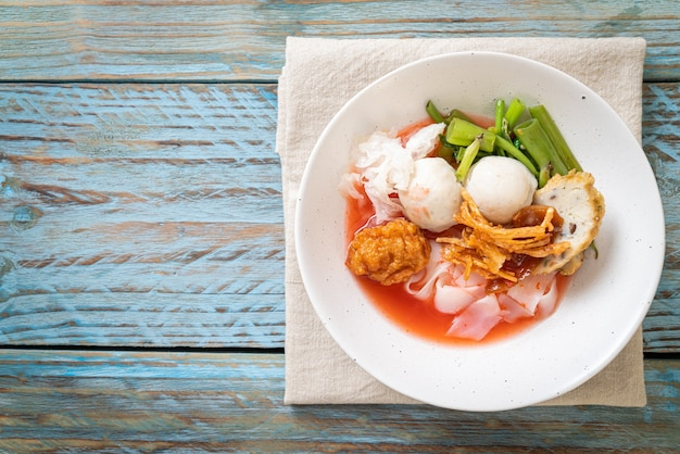 (yen-ta-four)-붉은 수프에 모듬 두부와 생선 공을 넣은 태국 식 국수-아시아 음식 스타일
