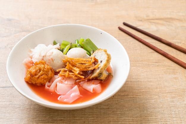 (yen-ta-four) - 붉은 수프에 모듬 두부와 생선 공을 넣은 태국식 누들 - 아시아 음식 스타일