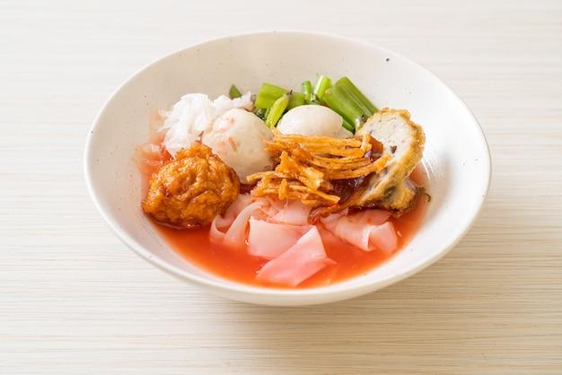 (yen-ta-four) - лапша в тайском стиле с тофу и рыбным шариком в красном супе