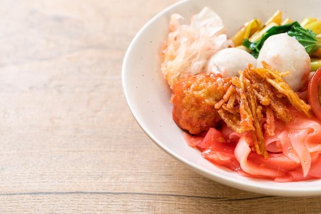 (yen-ta-four) - сухая лапша в тайском стиле с тофу и рыбным шариком в красном супе