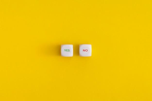 노란색 배경에 흰색 큐브에 예 및 아니오. 승인, 투표 또는 올바른 결정 개념.