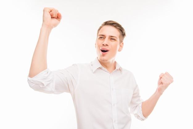 Да! красивый молодой бизнесмен кричит и показывает кулаки