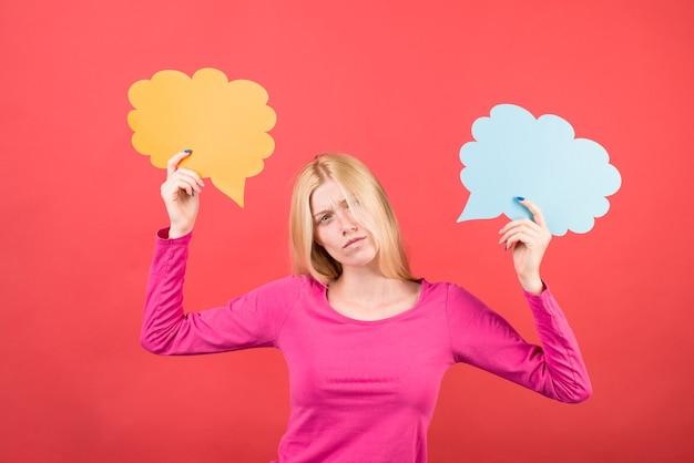 예 또는 아니오 선택을 하는 광고 카드를 가진 광고 여성 의사 결정을 내리는 소녀
