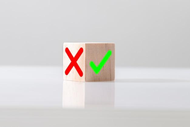 明るい背景の木製ブログキューブのはいまたはいいえの記号。選択と正しい決定の概念。