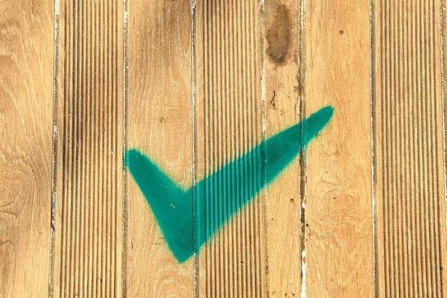 Да подпишитесь на деревянной скамейке. зеленый чек