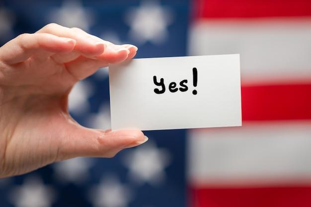 Да текст на карточке. фон американского флага.