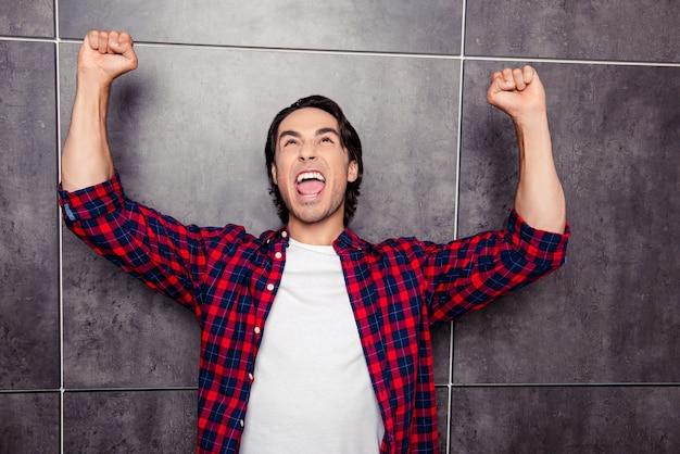 Да! молодой счастливый человек торжествует с поднятыми кулаками