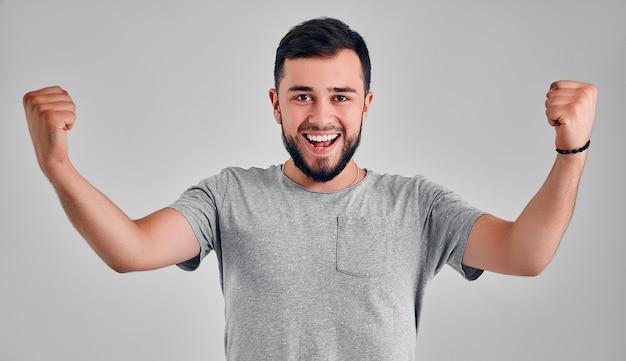 예! 제기 주먹으로 승리 하는 젊은 행복 한 남자