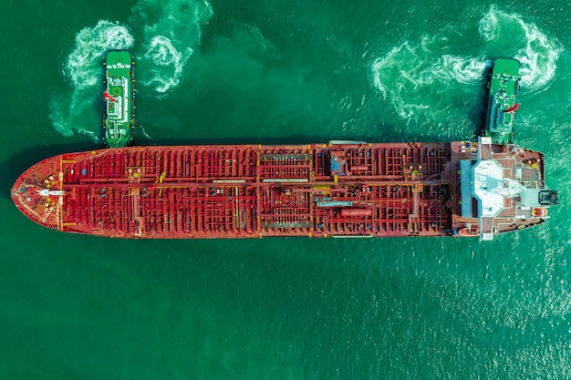 石油タンカー船、yhe緑の海の赤い石油タンカー船の空中のトップビュー