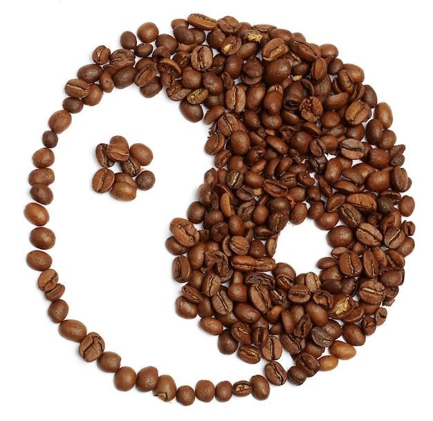 コーヒー豆で作られた陰と陽のシンボル