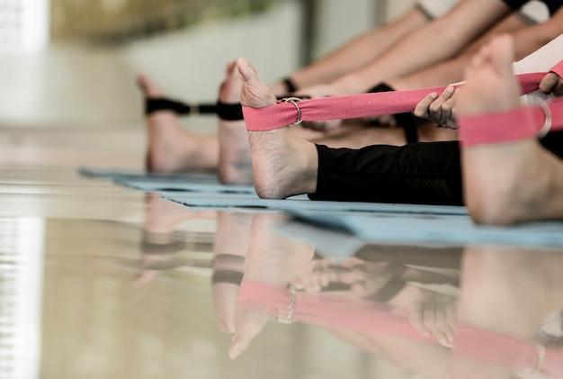 フィットネスの多様性の人々のためのヨガと瞑想の初心者クラス。健康のためのトレーニングと運動。グループ活動とライフスタイルのための男性とアジアの女性。