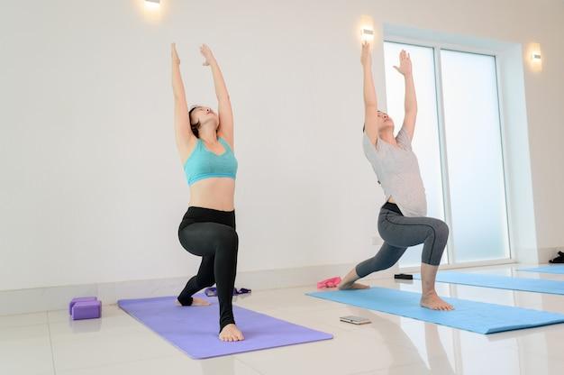 피트니스에서 개인 트레이너와 함께 요가 및 명상 초급 클래스. 건강을 위한 운동과 운동. 아시아 여성의 활동과 생활 방식.