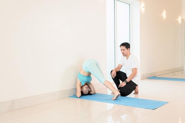 피트니스에서 개인 트레이너와 함께하는 요가 및 명상 초보자 클래스. 건강을 위한 운동과 운동. 아시아 여성의 활동과 생활 방식.