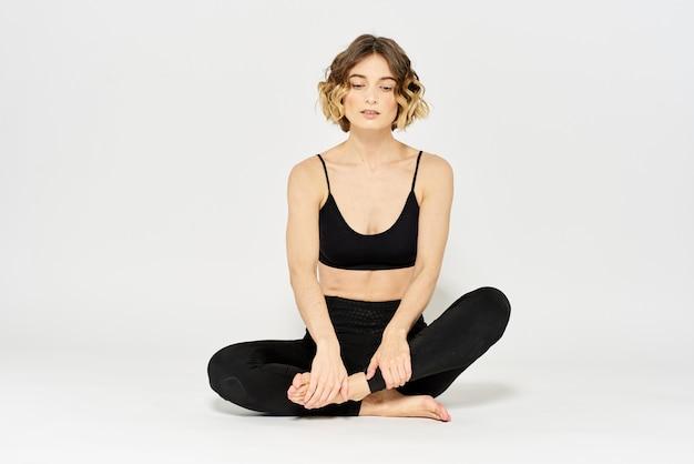Йога асана женщина скрестила ноги медитация светлый фон